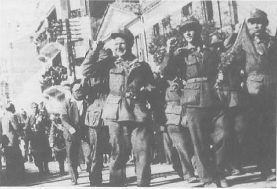 11 Γερμανοί αντιφασίστες μέλη του ΕΛΑΣ παρελαύνουν στη Θεσσαλονίκη
