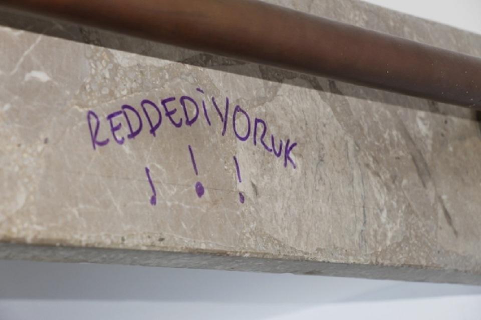 2 11resized meclis içi duvarlara tuvaletlere yazılar 1