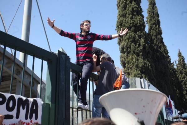 Μαχητική συγκέντρωση εκπαιδευτικών στο Υπουργείο Παιδείας-αποχώρησε από τη συνάντηση ο Φίλης